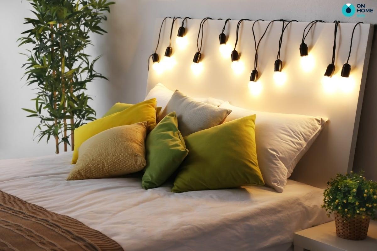 đèn trang trí được đặt ở giường ngủ