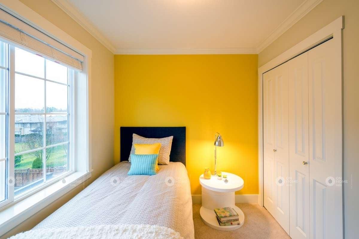 Trang trí tường phòng ngủ màu vàng ấn tượng