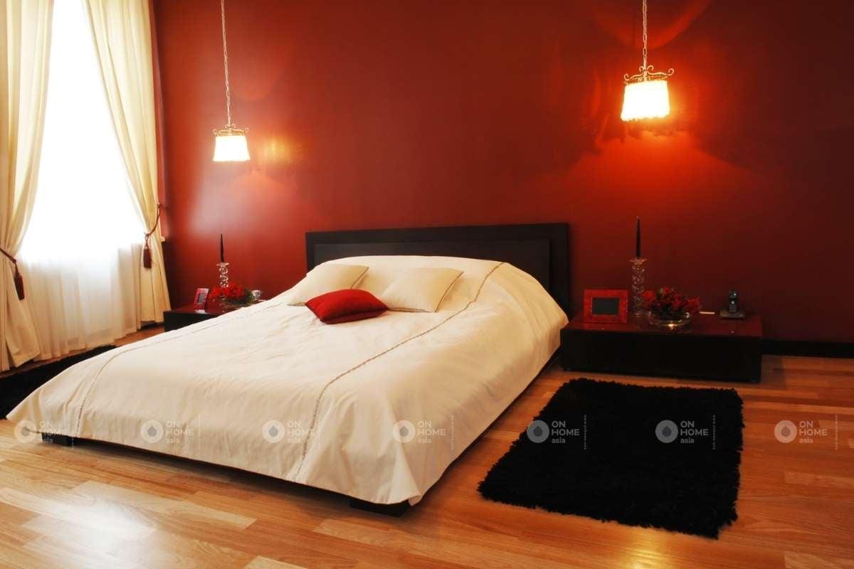 Tường phòng ngủ màu đỏ đậm đơn giản