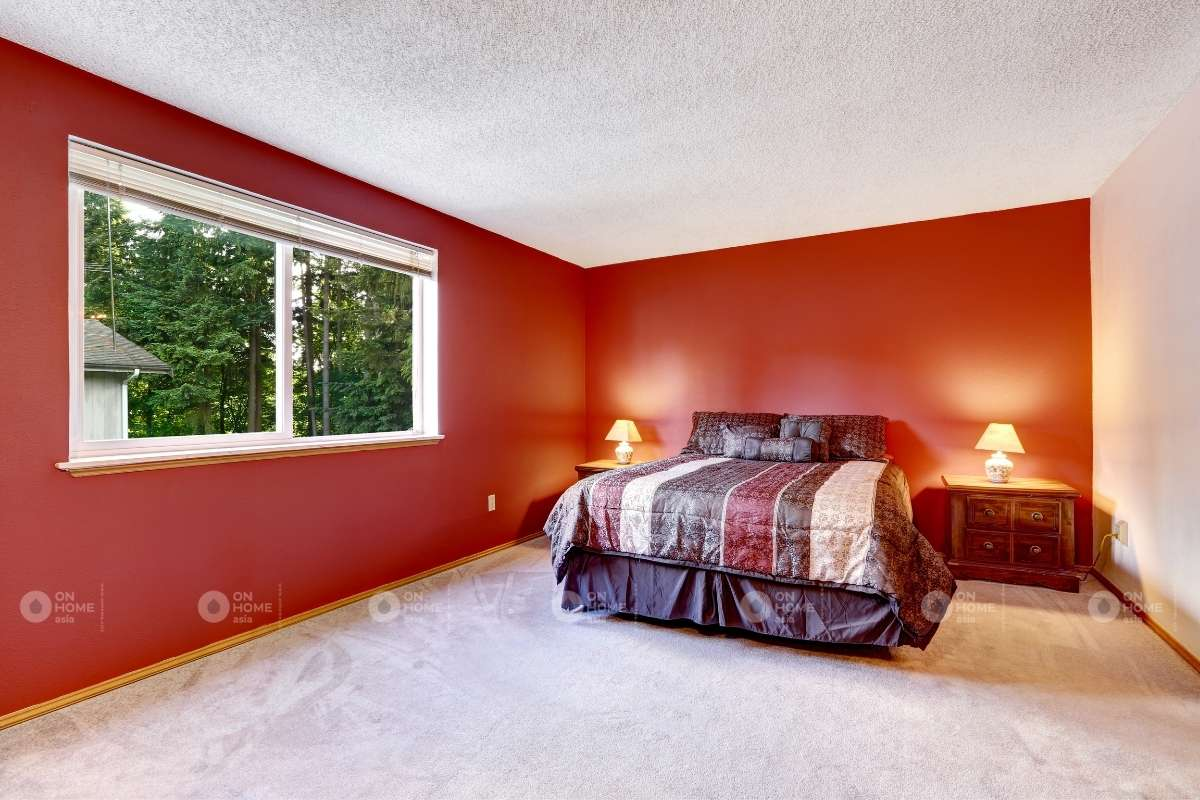 Tường phòng ngủ màu đỏ đơn giản
