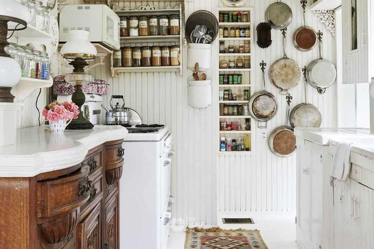 Kệ dọc thông minh cho không gian bếp.