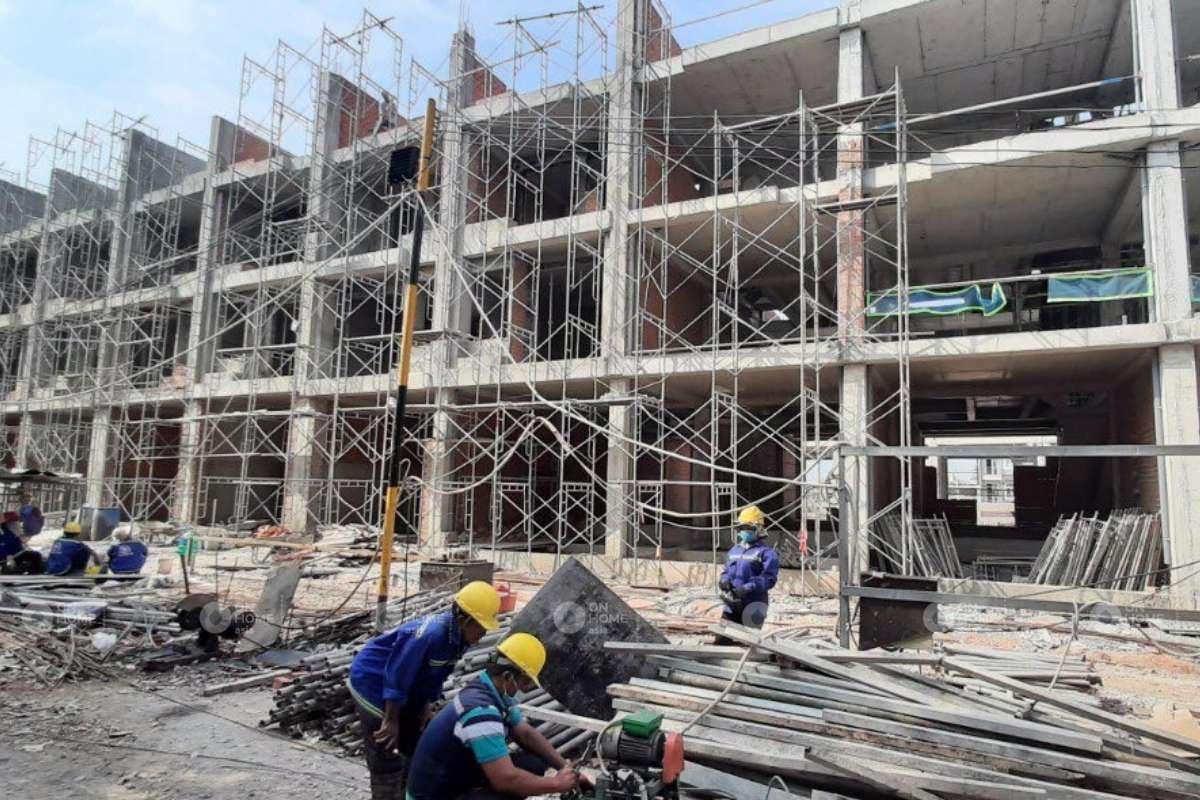 Các công nhân đang xây dựng