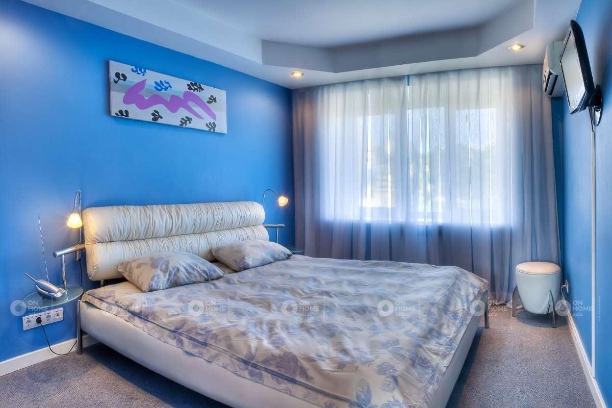 Phòng ngủ màu xanh và màu trắng