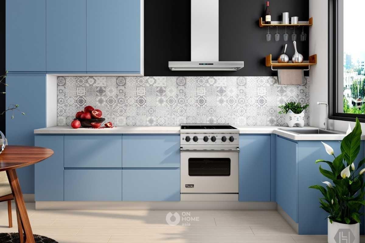 Tủ bếp chữ L màu xanh.