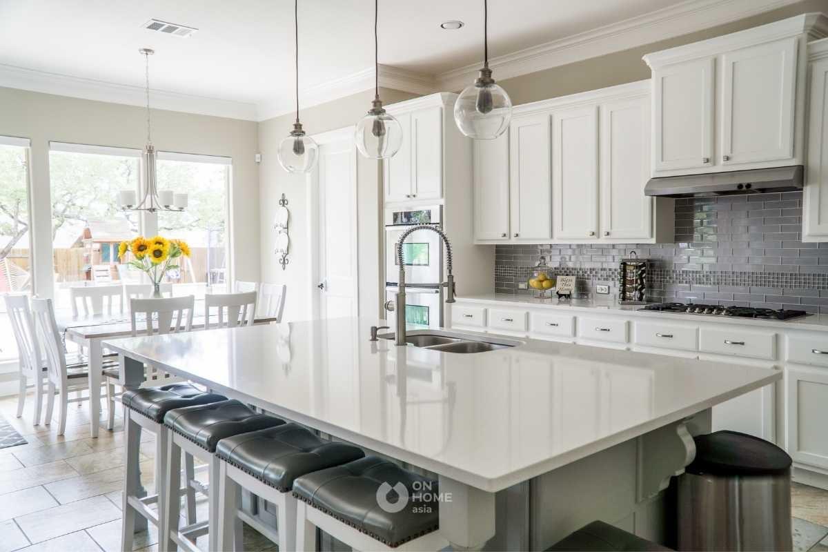 Tủ bếp kết hợp bếp đảo màu trắng.