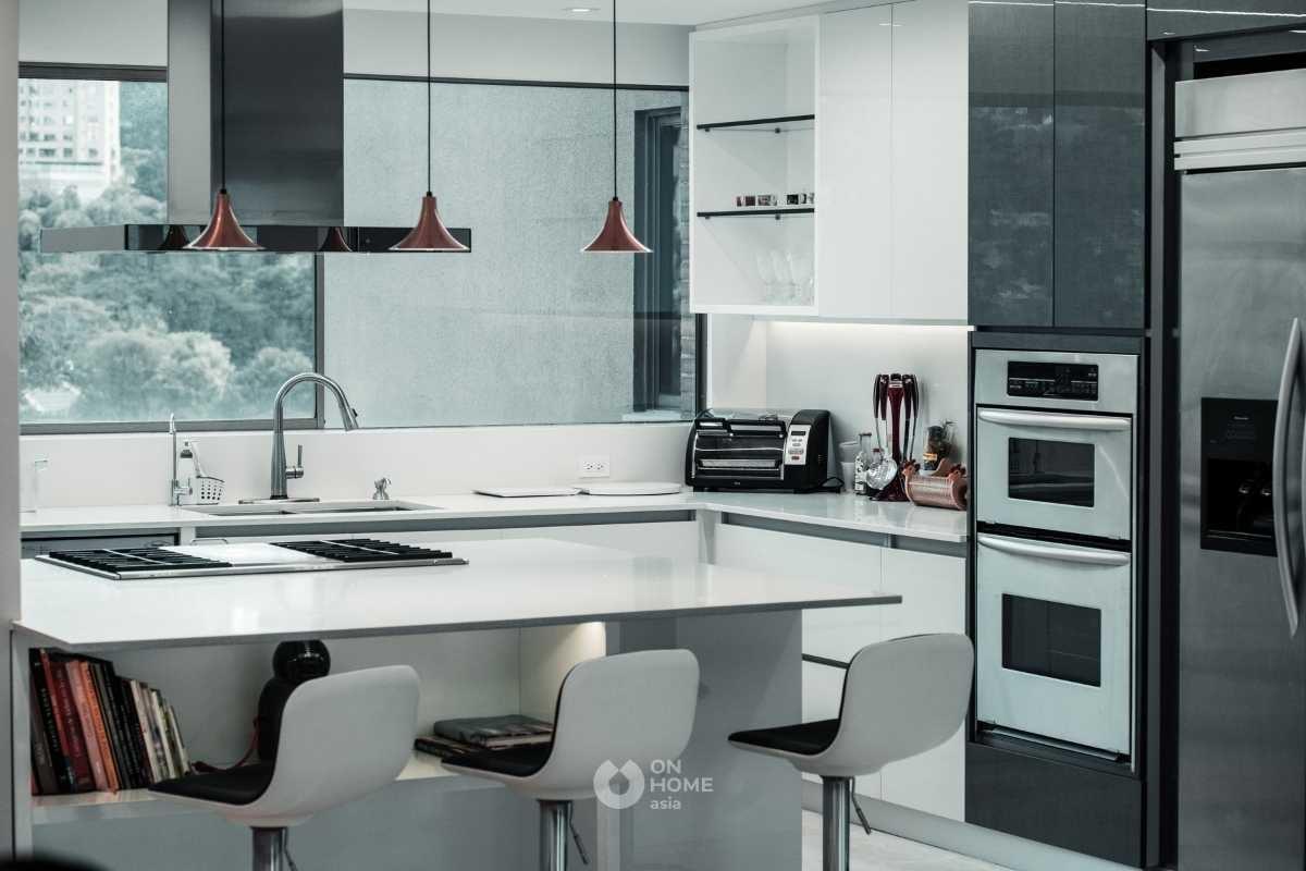 Tủ bếp kết hợp bếp đảo màu tương phản.