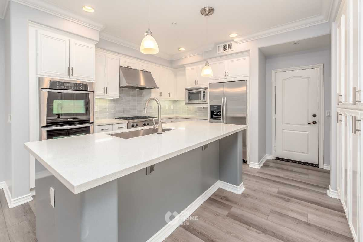 Tủ bếp kết hợp bếp đảo màu tươi sáng.