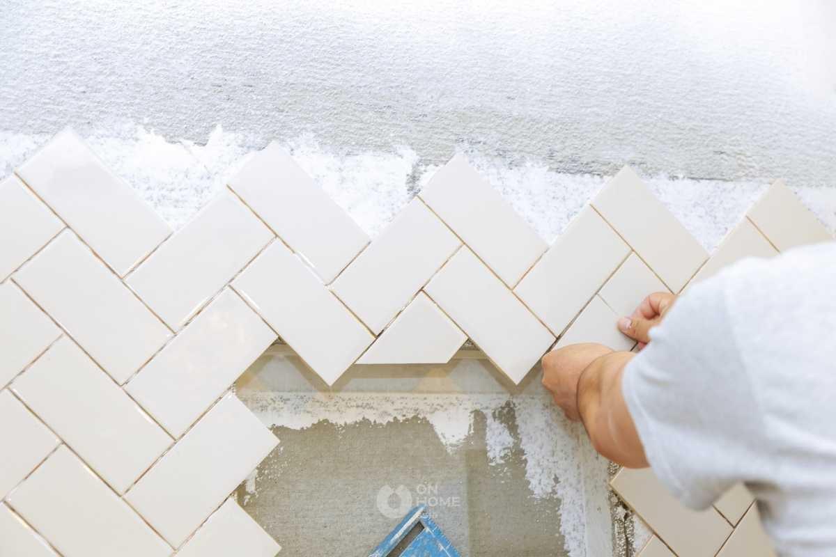 Gạch men màu sáng để trang trí tường