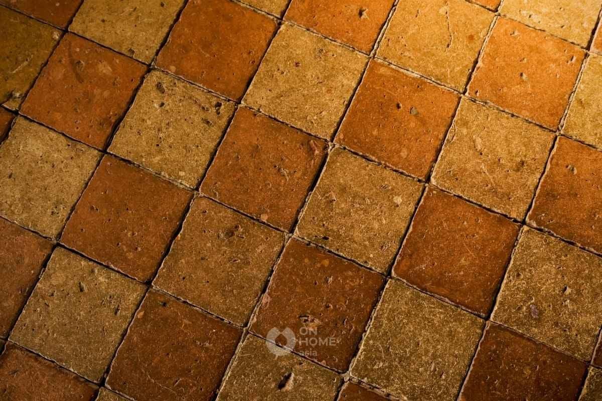 Gạch gốm cổ hình vuông.