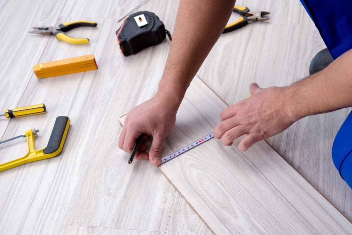 Lót sàn gỗ công nghiệp cho từng phòng chức năng.