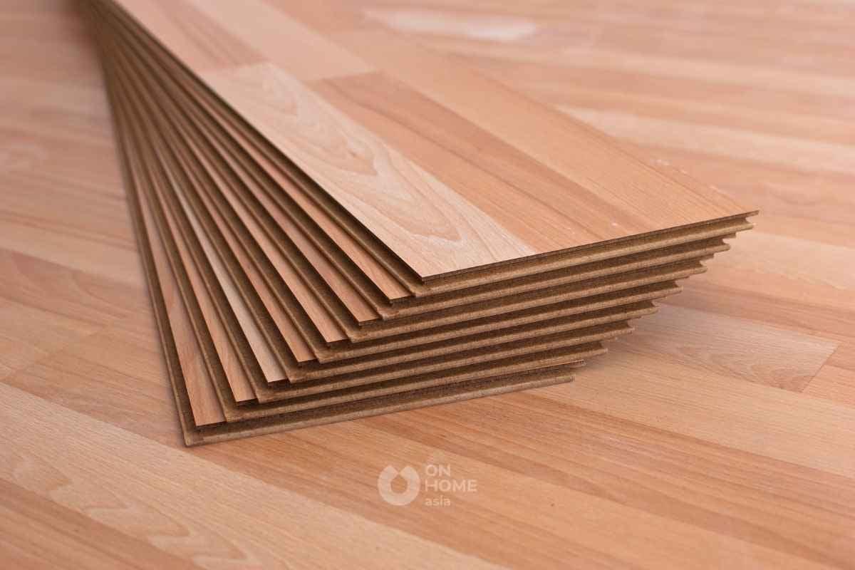 Lót sàn gỗ công nghiệp đơn giản.