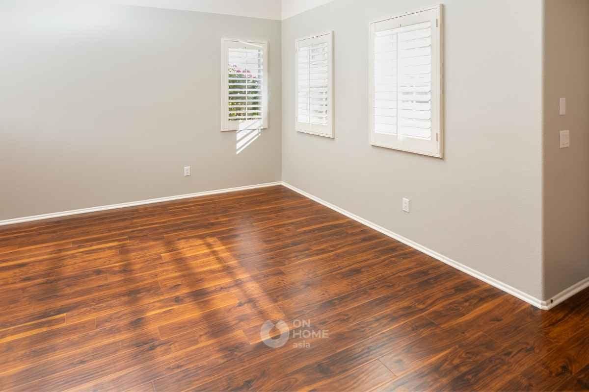 Lót sàn gỗ công nghiệp.