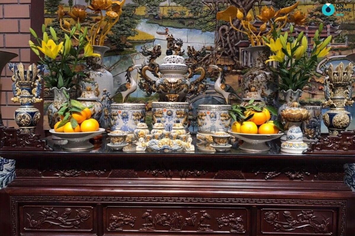 hoa chưng trên bàn thờ