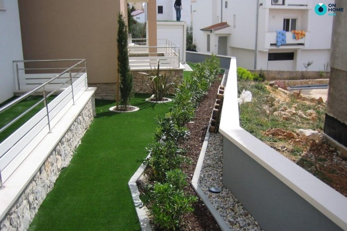 thiết kế ban công bằng cỏ nhân tạo