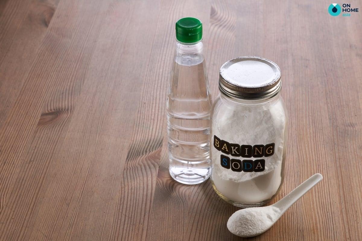 Baking soda và giấm sẽ làm sạch các vết bẩn trên ly sứ