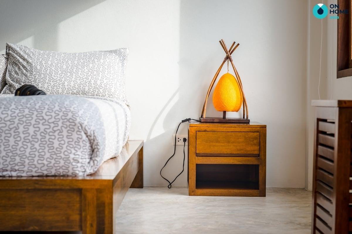 Gỗ tự nhiên làm tab đầu giường hiện đại