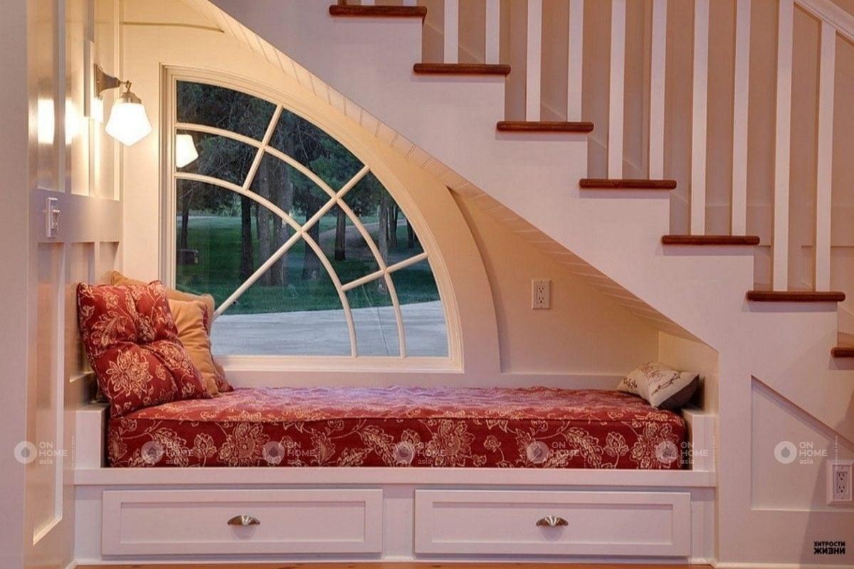 phòng đọc sách dưới chân cầu thang