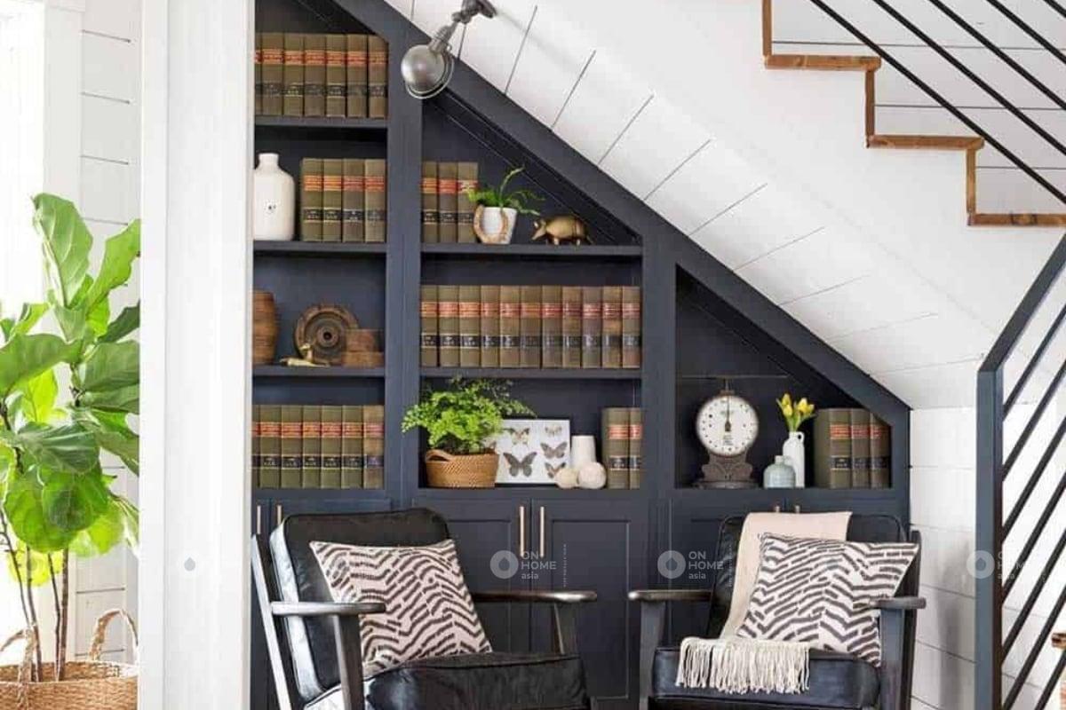 tủ sách dưới chân cầu thang