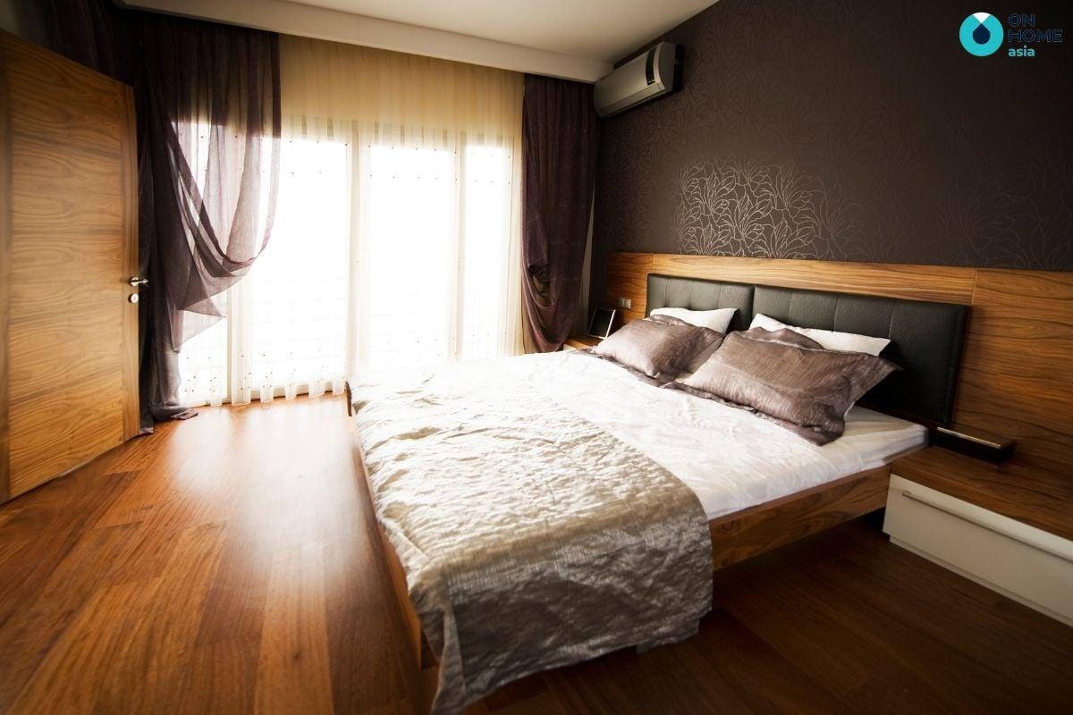 Trang trí cửa số bằng rèm ngủ giúp căn phòng trở nên mát mẻ và tránh được ánh nắng gay gắt